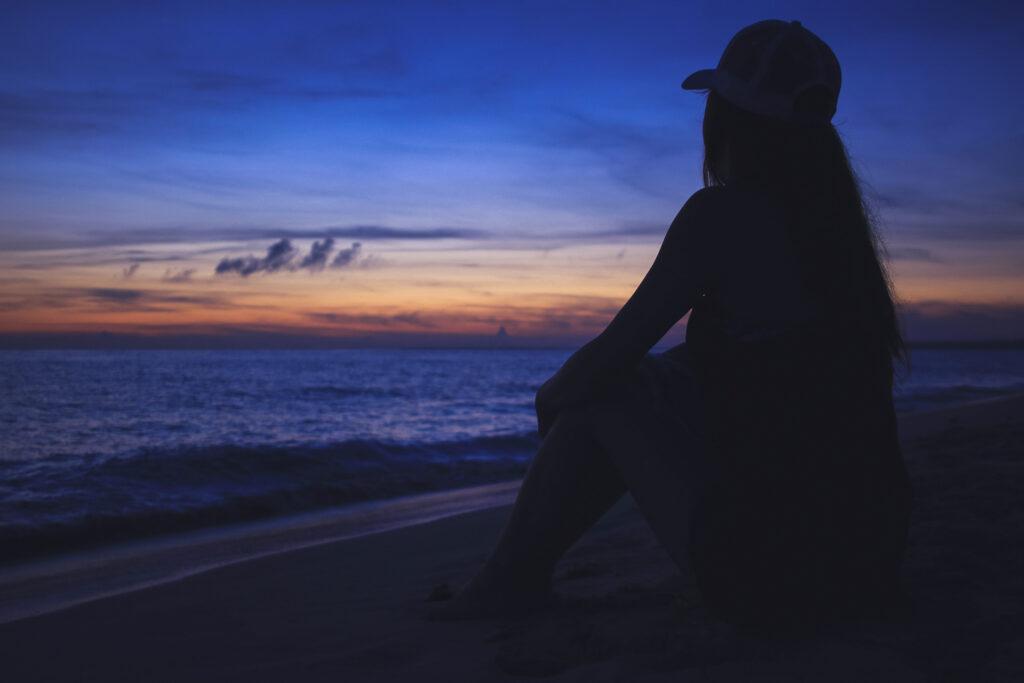 海を見て黄昏ている女性