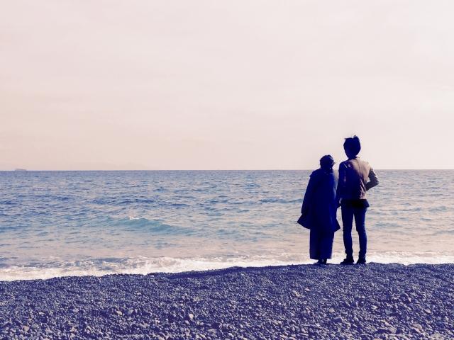 波打ち際のカップル