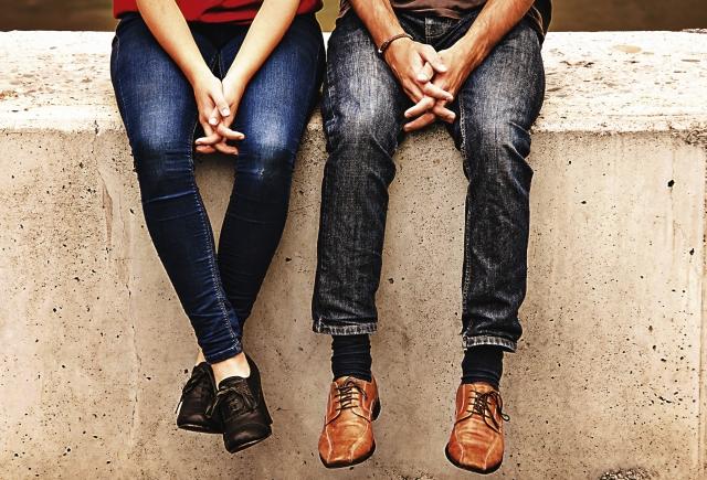 隣通しで座っているカップル
