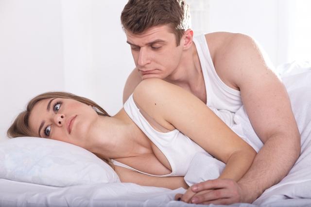 ベッドに横になる男女