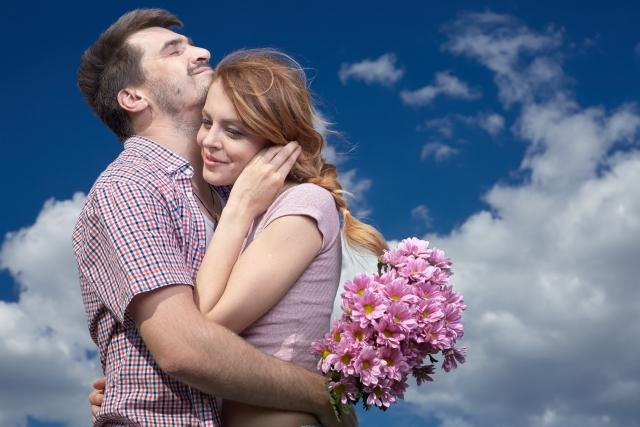空の下で抱き合うカップル