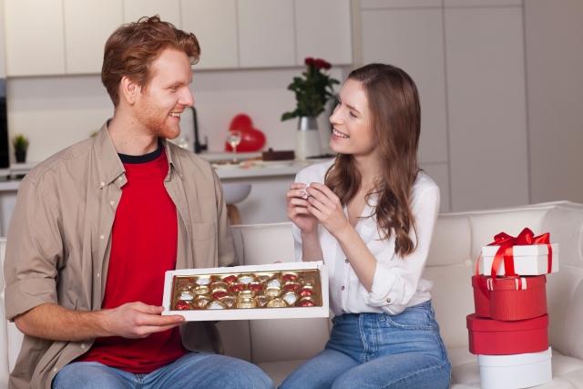チョコレートを持つカップル