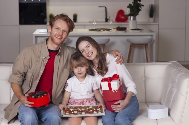仲良くソファに座っている3人家族