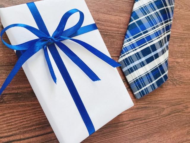 ネクタイとプレゼント包装