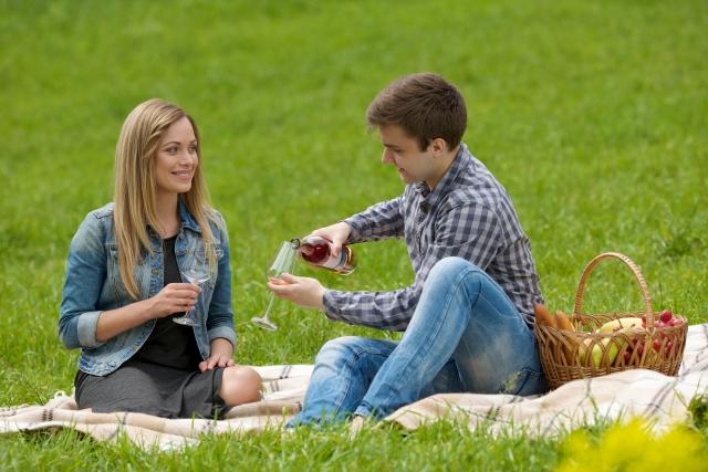 ピクニックしているカップル