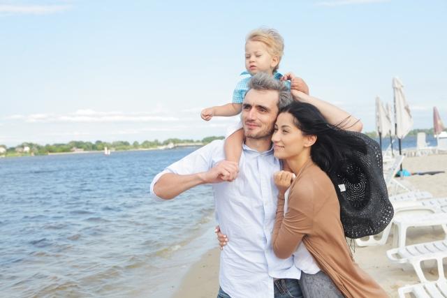 海を見つめる家族