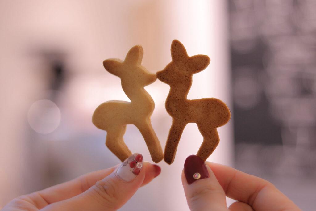2つのバンビのクッキーがキスしている様子