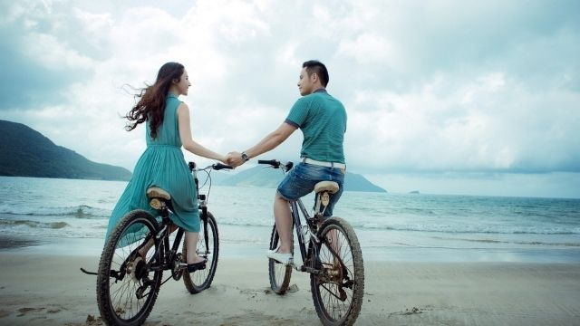 自転車デートしているカップル