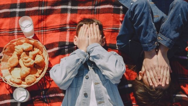 顔を覆い隠している様子