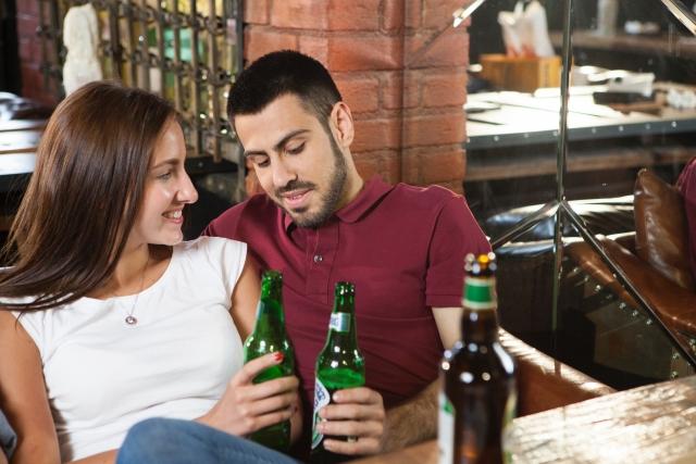 バーで飲む二人