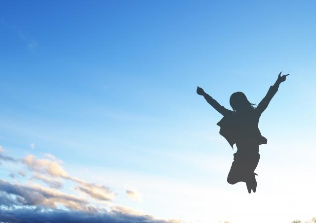ジャンプルする女性のシルエット