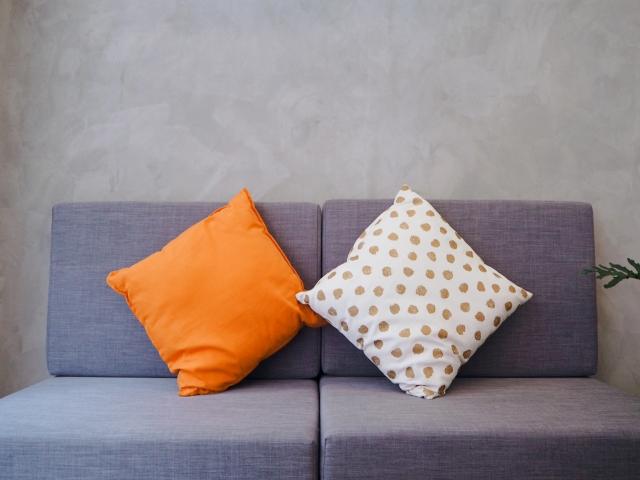 壁際のソファにクッションがふたつ